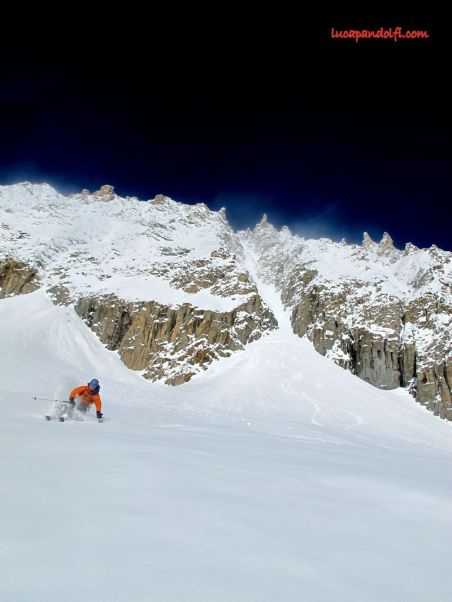 Good snow top to bottom, Tom after exiting the couloir.- © Luca Pandolfi