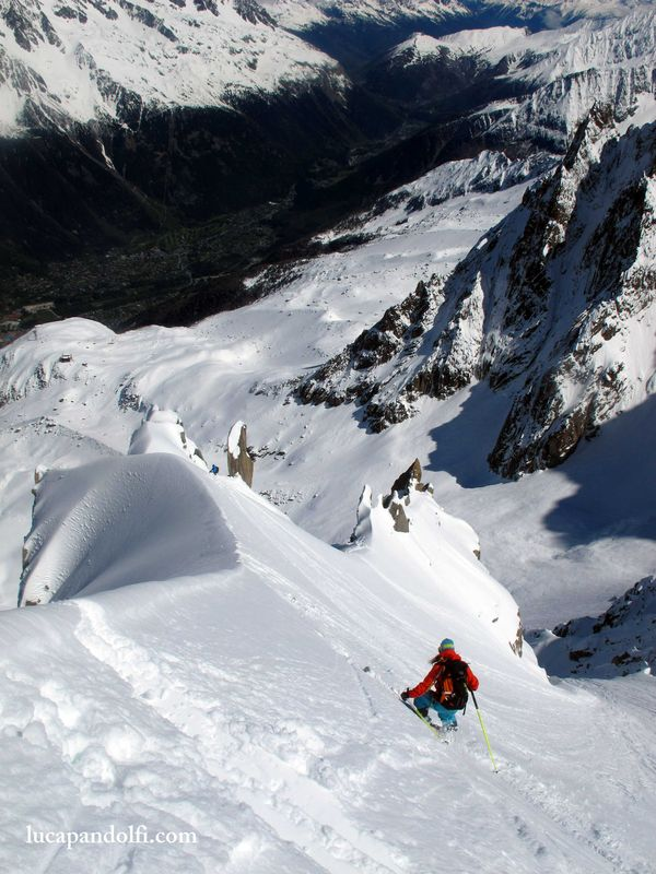 Minna skiing the spine. © Luca Pandolfi